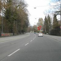 sehr breite, übersichtliche Hauptstraße. Messstandort der Polizei nicht erkennbar (roter Pfeil)