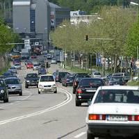 """Blick durch die Karlsruher Strasse auf der """"Wilferdinger Höhe"""". Der sogenannte """"ROTLICHTBEZIRK"""" in Pforzheim. Hier erreicht der Wahnsinn seinen Höhepunkt. Auf diesem ca. 1600m langen Stück befinden sich auf 4 Kreuzungen verteilt 5 stationäre Meßstellen mit 7 Blitzgeräten. Keine Dummy's! 3 der neu aufgestellten Tempomeßkästen sind gerade mal ein gutes halbes Jahr alt. Zusätzlich werden dazwischen immer wieder mobile Messwagen eingesetzt (Tempolimit 50km/H.). Die B10 ist hier wegen den Bäumen und der breiten Fahrbahn besonders schwer zu überschauen. Auf dieser Aufnahme sind allein 3 Kästen zu finden, -wenn man ein gutes Auge hat! Blickrichtung: B10, Karlsruher Strasse, """"Wilferdinger Höhe"""", Stadtauswärts Richtung A8/ AS Pforzheim-West"""