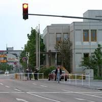 """Rotlichtanlage an der Hauptfeuerwache in einer leichten Rechtskurve. Auf der mehrspuriger Straße wechselt kurz vor dieser Ampel die erlaubte Geschwindigkeit von 70km/H auf 50km/h. Wer das vergißt, ist zu schnell fürs korrekte Anhalten. Oft steht dort auch eine mobile Geschwindigkeitsmessanlage. Dann """"klingelt"""" es gleich zweimal. Standort: Habermehlstraße, Ecke Hans-Sachs-Strasse"""