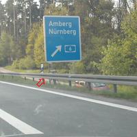 Messung vom 11.05.04, weinroter Messbus. Lichtschranke am blauen Schild.