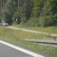 Messung vom 6.7.04,  Messwagen alter Passat-Kombi, silber); Drillingslichtschranke, Blitz-/Fotoeinheit und sichtbaren Messwagen auf Feldweg
