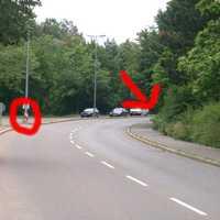 bei dem roten Kreis ist die Lichtschranke, das Blitzgerät sieht man hier nicht, es steht sehr gut(!!) getarnt in der Kurve