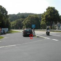 übliche Radarwagen mit Radarkegel in Heckklappe. Messung von linker Seite! Polizist im Radarwagen gibt Meldung an Anhalteposten weiter.