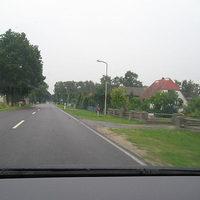 Ansicht aus Oebisfelde kommend, der dunkelrote VW Bus links ist der Meßwagen, gemessen wurde beidseitig mit scheinbar unterschiedlichen Lichtschrankenmodellen, erlaubte Geschwindigkeit 50 km/h