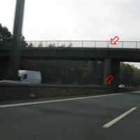 Kamera an Brückenfeiler schwer erkennbar, helles Kabel erkennbar