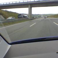 Die Anfahrt, die Radarfalle steht nach der Brücke, ist von weitem schon gut zu erkennen...