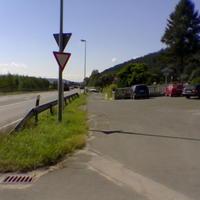 Die Anfahrt. Auffällig ist das entgegen der Fahrtrichtung geparkte Auto