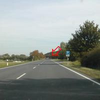 Anfahrtsansicht: Meßstelle bei Ausfahrt aus Parkplatz; davor eine lange Gerade!