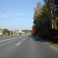 Anfahrtsansicht: sehr gut ausgebaut, leicht abschüssig; Radarwagen steht rechts in Baumlücke.