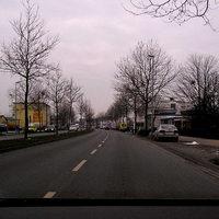 Fahrtrichtung Innenstadt, hinter dem gelben Transporter seitlich versetzt wird geblitzt, von hier aus (ca. 100 m Entfernung) nicht zu erkennen.