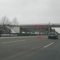 2 x Kamera am Brückengeländer; Blitz-/Fotoeinheit zur Fahreridentifizierung an Mittelleitplanke