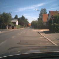 Am rechten Straßenrand wurde aus dem silbernen Mini-Van geblitzt.