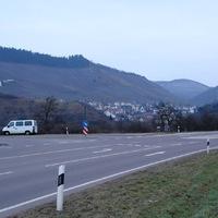 B51 in Fahrtrichtung Trier, kurz vor der Ortschaft Ayl an der Abzweigung Ockfen, Tempo 70.