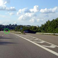 Kontrollpunkt ist für den nahenden Verkehr praktisch erst unmittelbar vorher einsehbar, da hinter einem Hügel versteckt