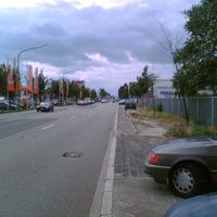 Rechts steht der dunkelblaue Golf IV Variant vom Ordnungsamt, 50km/h, Industriestraße. Wie man sieht - in Höhe vom OBI.