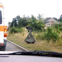 """Meßwagen war ein Polizei-T4, der schon von weitem zu sehen war. Das Ganze sah daher anfangs aus wie eine Lasermessung (weshalb sich hoffentlich keiner """"verfing"""")"""