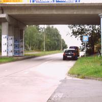 Ansicht bergauf in Richtung Hamburger Allee. Kamera links neben der Litfaßsäule. Meßbus unter der Brücke.
