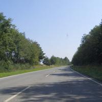 eigentlich eine wunderschöne Landstraße, wenn nicht zwei Mankos da wären: es sind nur 70 km/h zulässig und auf der Brücke weit hinten stehen Personen...