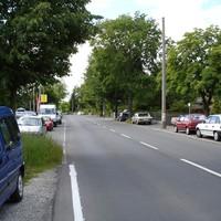 Anfahrtsansicht - Der Übeltäter ist der dunkle Omega zwischen den zwei Bäumen gegenüber dem Autohaus Opel Scharf.