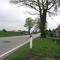Anfahrtsansicht; Es ist für mich nicht nachzuvollziehen, warum der Blitzer nicht vollkommen vor dem Baum, sodnern etwas versetzt nach rechts steht - so war er recht gut in beiden Fahrtrichtungen zu erkennen