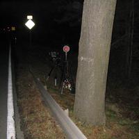 Leider war es schon dunkel. Am Ende des Gefälles wurde das Messgerät positioniert. Der Messwagen stand in der Ausfahrt vom Kieswerk.