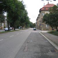 Eine schöne leere Straße- nicht wahr? Man beachte den Parkstreifen............