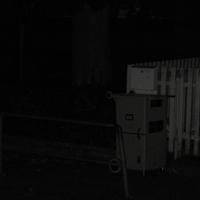 Es war schon nacht und wie immer steht die Tonne vor dem weißen Zaun in den 30er Zone die ca. 50 Meter lang.