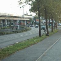 Vom Radweg aus gut zu erkennen. Von der Straße  allerdings erst, wenn´s zu spät war. Die Stelle sollte allerdings bekannt sein!