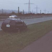 dunkelblauer VW Golf III Variant, WÜ-ZT 419 Sehr auffällig an diesem Radarwagen ist das quadratische Kennzeichen – für einen Golf III völlig untypisch! Bildquelle: TMX Trotz der abgedunkelten Scheiben ist der Rotblitz in der Mitte der Heckscheibe gut zu sehen. Sowohl hier als auch in der Gegenrichtung wird sehr häufig geblitzt!