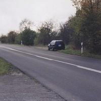 dunkelblauer VW Golf III Variant, WÜ-ZT 419 Der Wagen stand völlig isoliert und daher sehr auffällig (vgl. auch das Kennzeichen!) am Straßenrand – wer hier geblitzt wird, ist selbst schuld! Zur gleichen Zeit wurde übrigens in der Gegenrichtung mit Laser aus einem grün-weißen Polizei-VW-Bus gemessen und herausgewinkt! Bildquelle: TMX