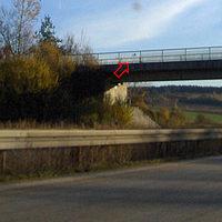 Anfahrtsgesamtübersicht: durch die Herbstzeit ist der Messbus erkennbar. Im Brückengeländer zwei Kameras, einmal sogar die Kabeltrommel sichtbar. Durch die herbstliche Sonne ist auch die Fahreridentifizierungskamera am Brückenfeiler gut erkennbar....Natürlich sind auch weiße Quermarkierung vorhanden.