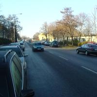 Am rechten Fahrbahnrand erkennt man den türkisfarbenen VW Caddy.