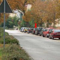 Das Fahrzeug steht zwischen dort parkenden Pkw. Allerdings muß man an der vorherigen und nachfolgenden Kreuzung eigentlich anhalten, da rechts vor links gilt. Somit wird es schwierig beträchtlich zu schnell zu sein.
