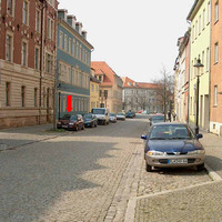 Das Fahrzeug steht sowohl links und rechts zwischen den dort parkenden Fahrzeugen. Dabei geschieht dies in fast jeden dort vorhanden Parkabschnitten.