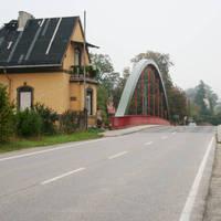 Anfahrtsansicht, nach der Brücke und sich der daran anschließenden Kurve steht der Messwagen.