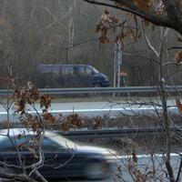 blauer Meßbus wie bekannt in der extra eingerichteten Parkstelle im blattlosen Gebüsch. Der Einheitensensor mit orangen Aufsatz....