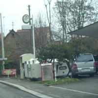 Ein für mich neuer Blitzstandort in dieser Straße. Hier in Richtung Heilbronn Innenstadt. Fotoeinheit steht zwischen den Glas- und dem Altkleidercontainer. Der silberne Vito des O-Amtes auf der anderen Seite der besagten Container.