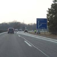Hier endet die A15, es wird einspurig und es gilt 80. Allerdings ist nie besonders viel Verkehr. Meistens wurde hier immer geblitzt. Mit Laser ist neu. Wenn man genau hinschaut, erkennt man vor dem angehaltenen Auto das Lasergerät. Anhalten auf einer Autobahn ist auch nicht gerade ungefährlich, oder?