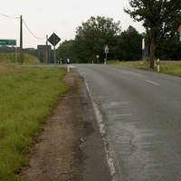 Anfahrtsübersicht. Es gelten hier 70 km/ da die einfahrenden Fahrzeuge nur sehr schwer auf die Landstraße sehen können.