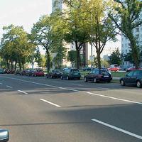 Wer das Fahrzeug nicht kennt und zu schnell ist hat wohl keine Chace das Fahrzeug innerhalb der Parkkette rechtzeitig zu lokalisieren.