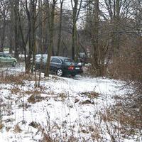 Was steht denn da zwischen den Bäumen. Ein Auto und dann noch mit fremden Kennzeichen an einer unmöglichen Stelle. Noch dazu mit laufenden Scheibenwischer. Also hieß es umdrehen und sich die Sache genauer anzuschauen.
