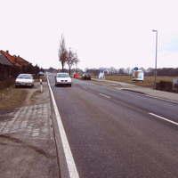 Anfahrtsansicht. Der Wagen stand auffällig für beide Seiten am Straßenrand.