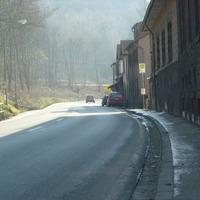 Dunkelgrüner Opel Astra Kombi steht zwischen den parkenden Autos. Tempobegrenzung: 70 km/h.