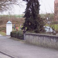 Schwarzer Astra-Kombi mit dem Kennzeichen WES-NV 227 lauert hinter dem Baum. Es blitzt mal wieder die Polizei Wesel.