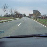 Anfahrt. Hinten an der Scheune rechts aufpassen. Tempo 70. Polizei Wesel mit Opel Astra Kombi WES-NV227. Beamter liegt in der Waagerechten und träumt von seiner Beförderung.