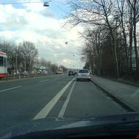 Einigermaßen gerechtfertigt die Stelle. Das Opelwerk ist rechts zu sehen, links eine S-Bahn-Haltestelle mit ziemlich viel Publikum. Dazu noch eine gut ausgebaute, vierspurige Strasse, das verleitet schon zum Schnellfahren. Das Radargerät stand so nahe zwischen den beiden geparkten Astras, dass es aus dem fliessenden Verkehr fast nicht zu sehen war, erst als es zu spät war :(