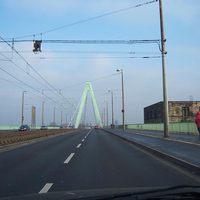 Anfahrtsansicht Severinsbrücke in Köln über den Rhein. Wer hält sich hier bei niedrigem Verkehrsaufkommen schon an 50km/h?