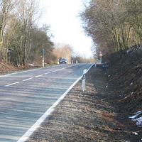 Für den aufmerksamen Fahrer frühzeitig zu erkennen. An der Stelle gelten 80. 500 Meter zuvor sogar nur 40. Der gesamte Abschnitt ist ein Unfallschwerpunkt. Ferner ist der Straßenzustand nicht besonders.