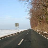 Da weit und breit keine passende Haltemöglichkeit vorhanden ist, gibt es nur Durchfahrtsbilder. Mittlerweile gelten an dieser Stelle 100 km/h als erlaubte zulässige Hächstgeschwindigkeit.
