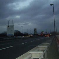 Die Meßstelle im Überblick. Der Blitzer Stand im Übergang der A650 auf die B37/B44 auf Höhe der Abfahrt Bruchwiesenstraße. Erlaubte Geschwindigkeit ist 70 km/h.